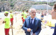 صور.. السيد محمد ساجد بشاطئ